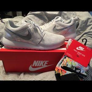 Woman's Nike Roshe Size 8- NWT
